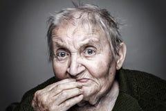 Portrait einer älteren Frau stockfotos