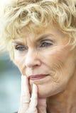 Portrait einer älteren Frau, die besorgt schaut lizenzfreie stockfotografie
