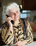 Portrait einer älteren Frau, die am Telefon spricht lizenzfreies stockbild