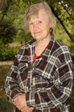 Portrait einer alten Frau draußen Lizenzfreies Stockfoto