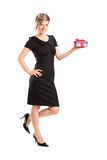Portrait einer attraktiven Frau, die ein Geschenk anhält Stockfotos