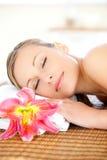 Portrait einer begeisterten Frau, die eine Massage hat Stockbild