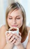 Portrait einer begeisterten Frau, die einen Kaffee trinkt Stockbilder