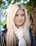 Portrait einer blonden Frau stockfotos