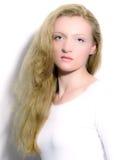 Portrait einer Blondine mit dem langen Haar. Lizenzfreies Stockbild