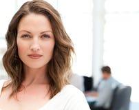 Portrait einer charismatischen Frau bei einer Sitzung stockbild