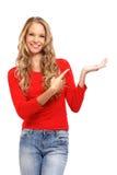 Portrait einer Dame, die ihren Finger in Richtung zu b zeigt Lizenzfreies Stockbild