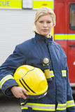 Portrait einer Feuerwehrmannstellung Stockfoto