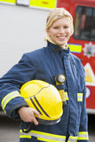 Portrait einer Feuerwehrmannstellung Stockfotografie
