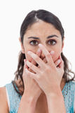 Portrait einer Frau, die ihren Mund versteckt Lizenzfreie Stockfotos