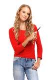 Portrait einer Frau, die mit Feder auf copyspace zeigt Lizenzfreie Stockbilder