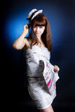 Portrait einer Frau im Studio mit Zeitung Lizenzfreies Stockbild