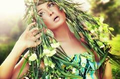 Portrait einer Frau mit Blume in ihrem Haar stockbilder