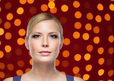 Portrait einer Frau mit dem leuchtenden Hintergrund Stockfotografie