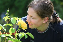Portrait einer Frau und ihrer Rosen Lizenzfreie Stockfotos