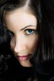 Portrait einer geheimnisvollen Frau mit dem sehr großen Haar lizenzfreie stockfotografie