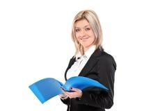 Portrait einer Geschäftsfrau, die ein Dokument verwahrt Stockbilder