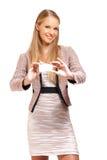 Portrait einer Geschäftsfrau, die Karte gibt Stockfotos