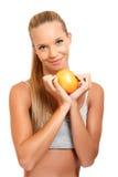 Portrait einer gesunden Frau mit einer Orange Lizenzfreies Stockbild
