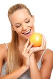 Portrait einer gesunden Frau wünscht eine Orange Lizenzfreie Stockfotografie