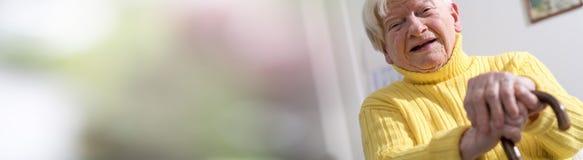 Portrait einer glücklichen älteren Frau Stockfotografie