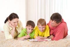 Portrait einer glücklichen Familie Stockfotografie