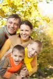Portrait einer glücklichen Familie lizenzfreie stockfotografie