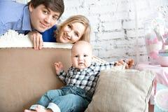 Portrait einer glücklichen Familie lizenzfreie stockfotos