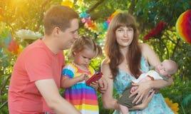 Portrait einer glücklichen Familie stockbilder