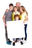 Portrait einer glücklichen Familie, die eine Anschlagtafel anhält Lizenzfreies Stockfoto