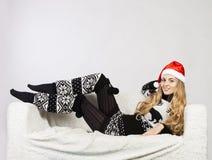 Portrait einer glücklichen jungen blonden Weihnachtsfrau Stockfotos