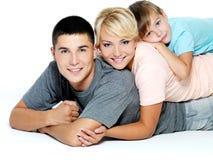 Portrait einer glücklichen jungen Familie Stockbild