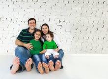 Portrait einer glücklichen lächelnden Familie Stockbild