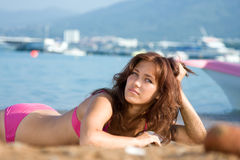 Portrait einer jungen Frau auf dem Sand Lizenzfreies Stockfoto