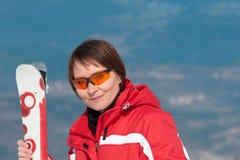 Portrait einer jungen Frau auf Skiort Stockbilder