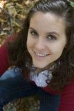 Portrait einer jungen Frau in den Blättern Lizenzfreies Stockbild