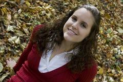 Portrait einer jungen Frau in den Blättern Lizenzfreie Stockbilder