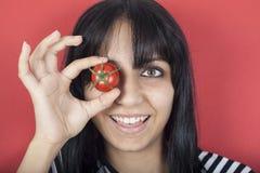 Portrait einer jungen Frau, die ihr Auge mit toma versteckt Lizenzfreies Stockbild