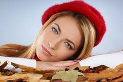 Portrait einer jungen Frau in einem netten roten Hut Lizenzfreie Stockbilder
