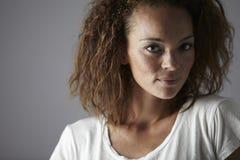 Portrait einer jungen Frau im Studio Stockfotografie