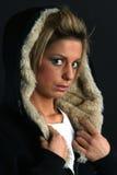 Portrait einer jungen Frau im Wintermantel stockfotos