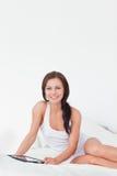 Portrait einer jungen Frau mit einer Tablette stockfoto