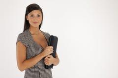 Portrait einer jungen Frau mit Laptop-Kasten Lizenzfreies Stockbild