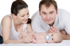 Portrait einer jungen glücklichen Familie mit dem Kind stockfotos