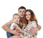Portrait einer jungen glücklichen Familie mit dem Kind stockbild