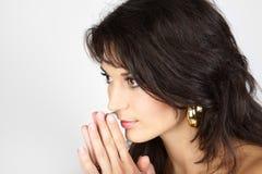 Portrait einer jungen kaukasischen betenden Frau. Stockbilder