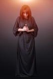 Portrait einer jungen kaukasischen betenden Frau Gebetsmädchen kleidete in den Kleidungen einer Nonne auf grauem Studiohintergrun Stockbilder