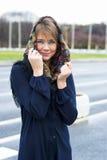 Portrait einer jungen lächelnden Frau Stockfotos