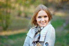 Porträt einer jungen lächelnden Frau stockfotografie