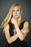 Portrait einer jungen schönen blonden Frau lizenzfreie stockbilder